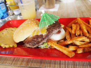 ワイキキのCheeseburger in Paradiseにて。肉がめちゃうま!