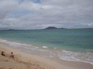 あいにくの曇りだったけどカイルアビーチまでいってきました。曇ってても青い!あぁ晴れてればなあ