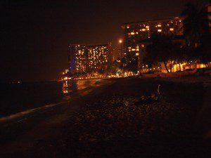 夜のワイキキビーチも綺麗っす