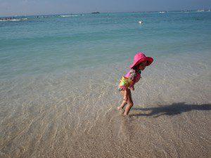 かわいい子どもをパシャリ。海が透き通ってる